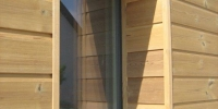 Detail obkladu okna materiák (Termo borovica)