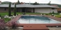 deckigova terasa okolo bazena