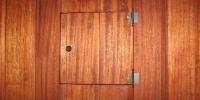 Detail-poistkovej-skriňe-materiál-Meranti-