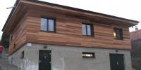 Drevenný-fasádny-obklad-domu-materiál-Céder