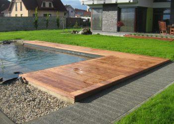Drevená terasa pri bazéne